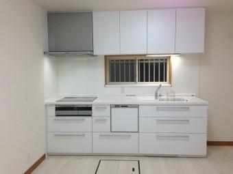 白を基調とした洗練されたキッチンにリフォームの事例写真
