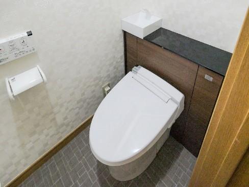 タンクレストイレに交換し、クロスもエコカラットに!の事例写真