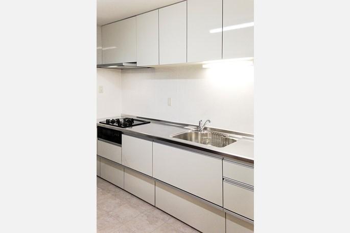 シンプルだが使い勝手の良いキッチンに交換するリフォームの事例写真