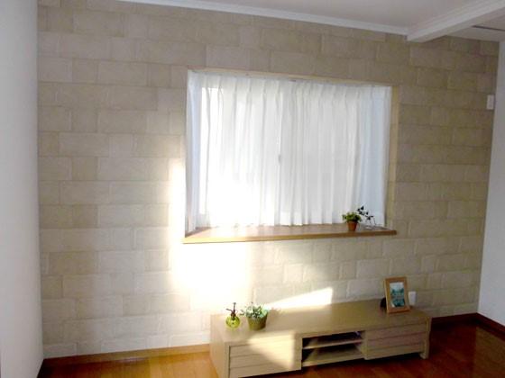 リビングの壁におしゃれなアクセントクロスをつけるリフォームの事例写真