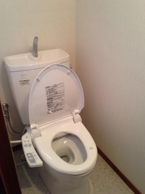 古くなったトイレを一新し、ウォシュレット付きのトイレにリフォームの事例写真