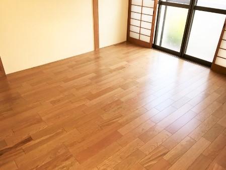 空間にマッチした形で畳をフローリングにリフォ―ムの事例写真