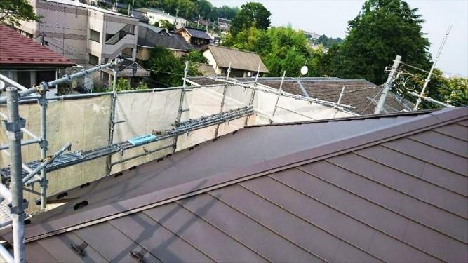 塗装が剝がれた屋根を重ね葺きにてリフォームの事例写真