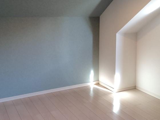 クロス・フローリングを張替えてライトもつけ、明るい子供部屋にリフォームの事例写真