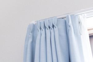 厚手のカーテンを掛ける