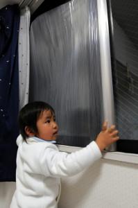 窓に断熱シートを貼る