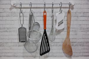 調理台スペースに調理器具を吊るして収納
