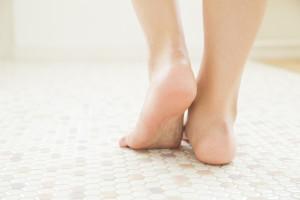 滑り防止および移動の円滑化のための床材変更