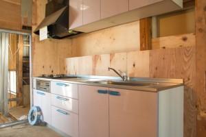 キッチン周辺の床・壁・天井のリフォームの必要性を確認
