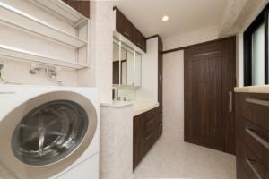 洗濯機の上のデットスペースを活用した洗面所