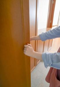 玄関の靴とぶつかるドア