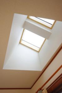 天窓を設置する際に天井からの直射日光対策をする