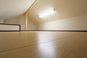 屋根裏の空きスペースに収納を作る