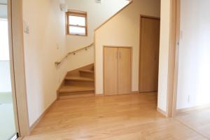 階段の下部分にある空きスペースに収納を作る