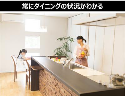 キッチンで女性が子どもを見守っている